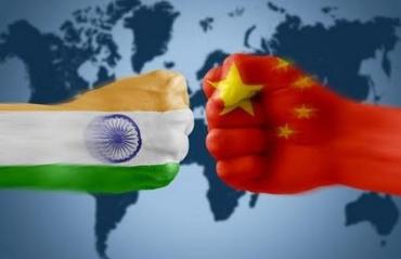 Due pugni che si scontrano dipinti con bandiera di Cina e India