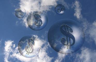 Bolle di sapone in cielo con all'interno il simbolo del Dollaro