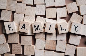 """Cubetti di legno che compongono la scritta """"Family"""""""