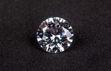 Diamante prezioso su sfondo nero