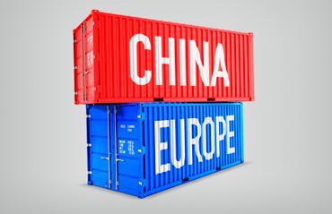 Container blu con scritta Europa e container rosso con scritto Cina, emblema del commercio nella nuova Via della Seta